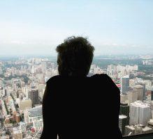 Visual van Ingrid die uitkijkt over een grote stad - de boel overzien.