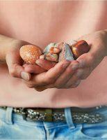 Visual-hand-met-stenen