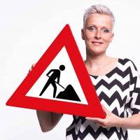 Visual van Ingrid met verkeersbord met rood kruis